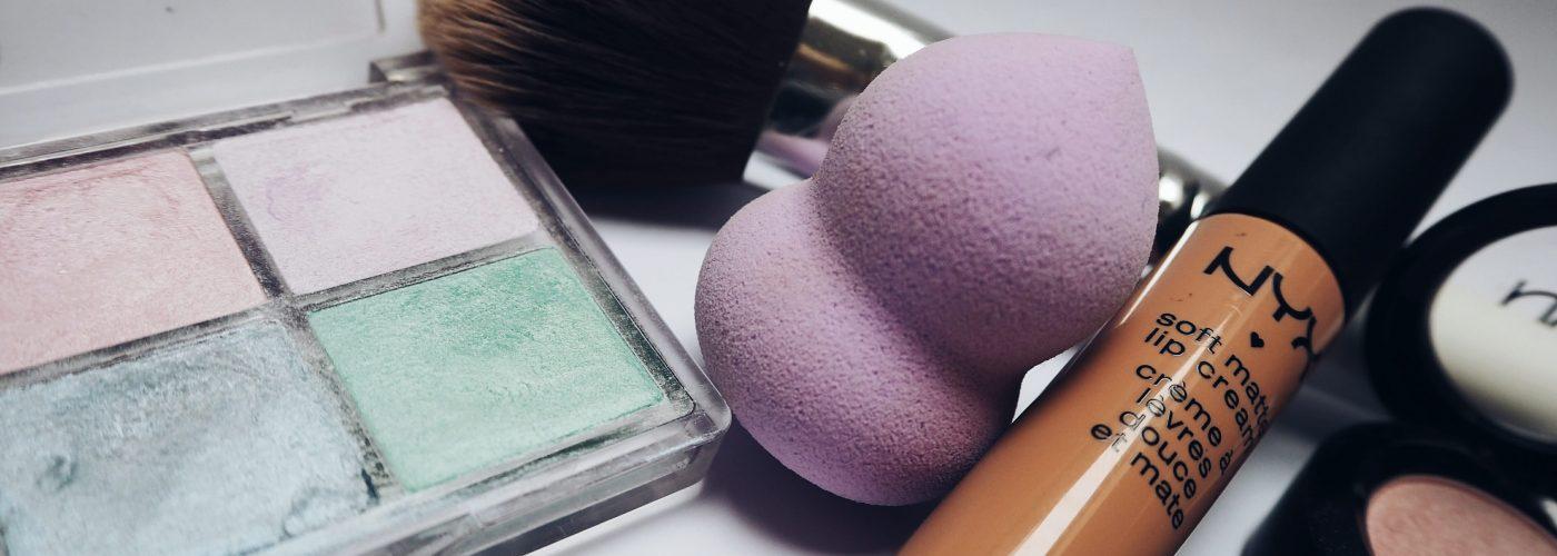 cosmetics-eyeshadow-lipstick-234220-min
